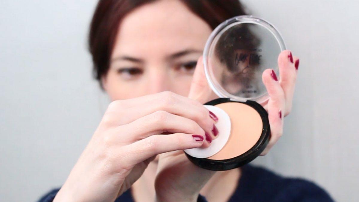 Ingrijirea corecta a pieli:aplicarea pudrei